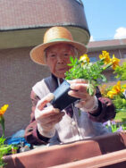 花の苗植えを行いました。|長岡三古老人福祉会