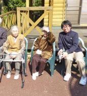 中庭で日光浴|長岡三古老人福祉会
