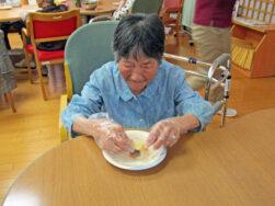 おやつ作り(デイサービスセンターわしま)|長岡三古老人福祉会