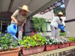 お花の水やり|長岡三古老人福祉会